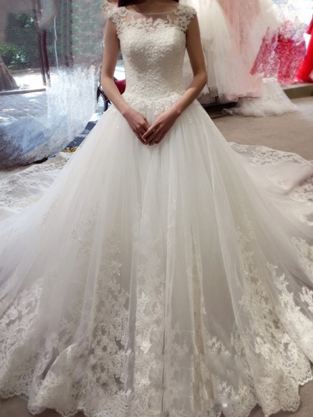Ball Gown Sleeveless Bateau Applique Court Train Tulle Wedding Gown